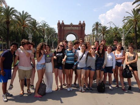school-groups-in-barcelona-with-Spanish-lessons-visiting-arc-de-trionf-and-ciudadela-park